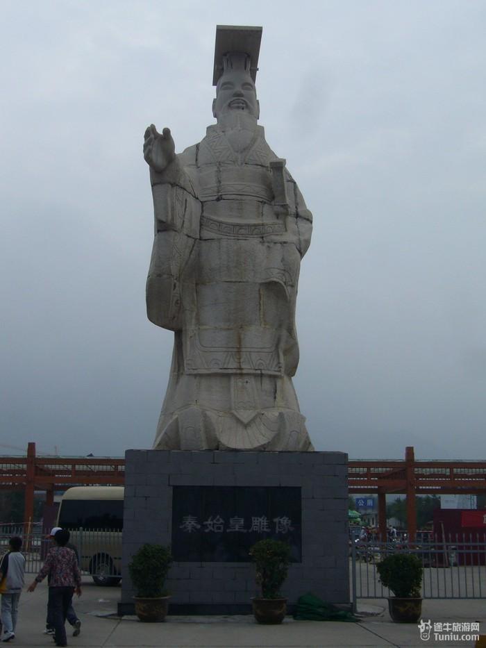 *大雁塔远景:  *唐僧玄奘雕塑:  最后一站由导游正式带我们去