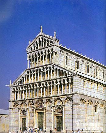 整座建筑是哥特式风格,那高高的钟楼以及巨大的红色圆形拱顶,在周围