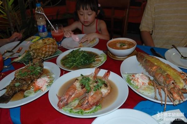 海鲜大餐,不过冬阴功汤,菠萝饭,鱼和芒果沙冰还是值得称道的,价格也不